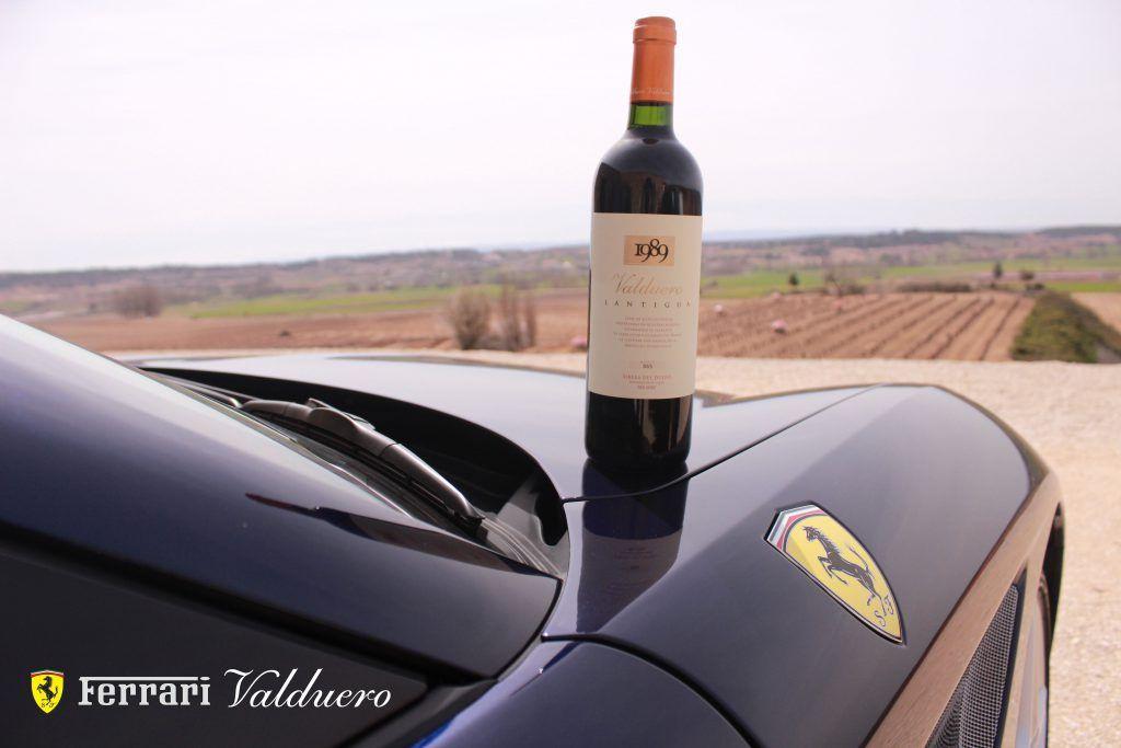 Botella de vino de lujo Lantigua de Bodegas Valduero sobre Ferrari, lujo